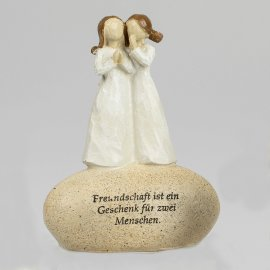 Figur auf Stein mit Spruch Freundschaft