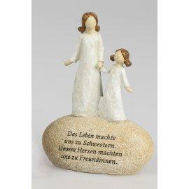 Figur auf Stein mit Spruch Schwestern