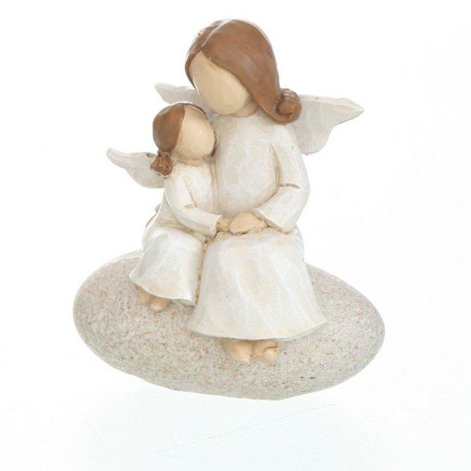 Engel mit Kind auf Stein